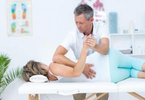 Des séances de physiothérapie peuvent être nécessaires  pour soulager les maux de dos chroniques. 123RF/WAVEBREAK MEDIA LTD