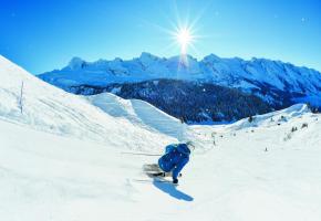 Le Grand-Bornand, une expérience ski unique face à l'incomparable Chaîne des Aravis! D.MACHET / LE GRAND-BORNAND TOURISME